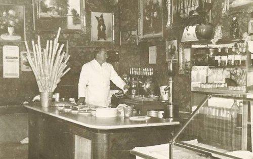 id. Osváth János 1934-ben az érdligeti cukrászdában.