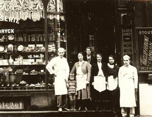 1930-34. id Osváth János fiatal cukrászsegéd /A képen jobbról/